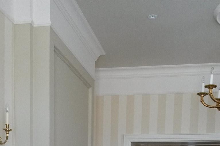 Tapetování bytu s kombinací lepení lišt a malování zdí